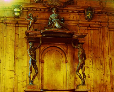 The teacher's chair and the statues of the 'Spellati' (skinned)